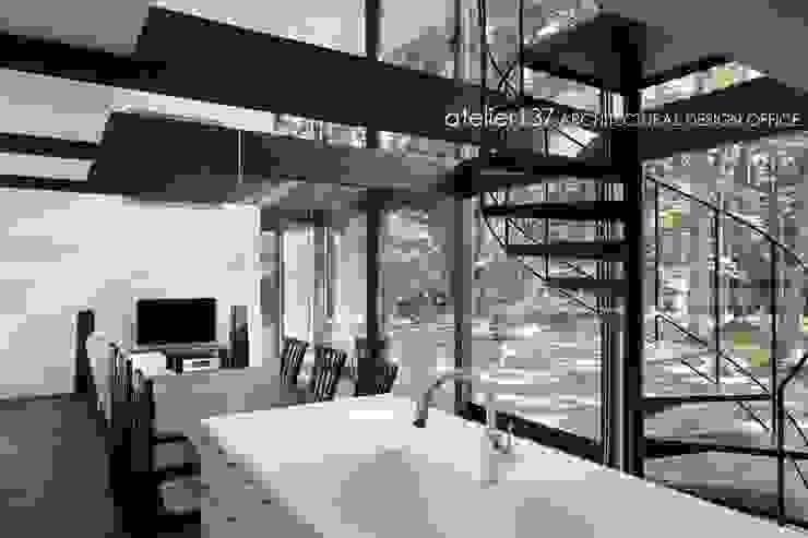 atelier137 ARCHITECTURAL DESIGN OFFICE Cocinas modernas Tablero DM Blanco