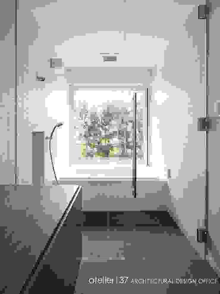 浴室~016小諸 I さんの家 モダンスタイルの お風呂 の atelier137 ARCHITECTURAL DESIGN OFFICE モダン タイル