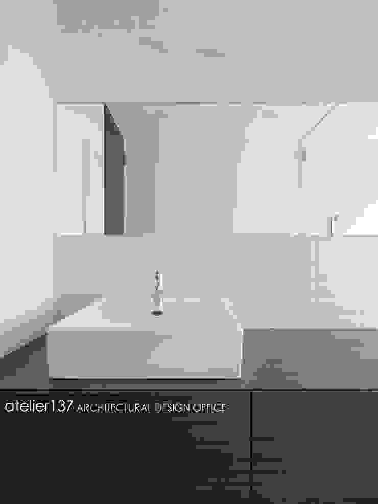 洗面カウンター~016小諸 I さんの家 モダンスタイルの お風呂 の atelier137 ARCHITECTURAL DESIGN OFFICE モダン 木 木目調