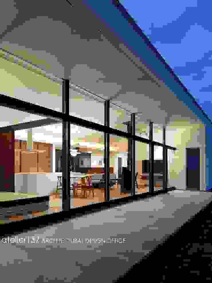 外観テラス夕景~016小諸 I さんの家 モダンデザインの テラス の atelier137 ARCHITECTURAL DESIGN OFFICE モダン