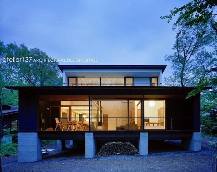 外観夕景~015軽井沢Tさんの家 クラシカルな 家 の atelier137 ARCHITECTURAL DESIGN OFFICE クラシック