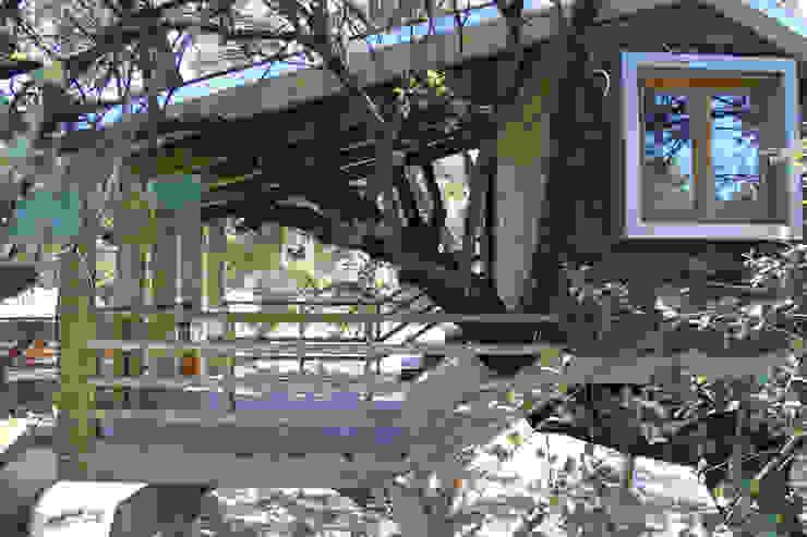 Casa en el árbol enraizada. Jardines de estilo rústico de Urbanarbolismo Rústico