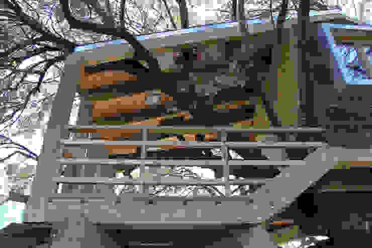 Casa en el árbol enraizada. Casas de estilo rústico de Urbanarbolismo Rústico