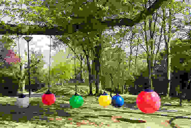 Les balançoires Ball au Mont-Valérien Jardin minimaliste par FAB design Minimaliste