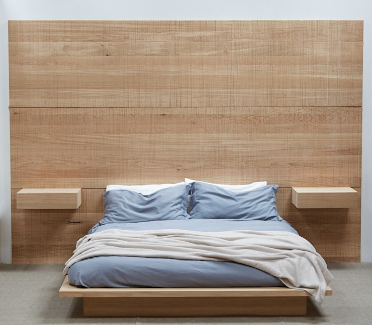 Bedroom, bed, headboard and bedsides di muto Moderno