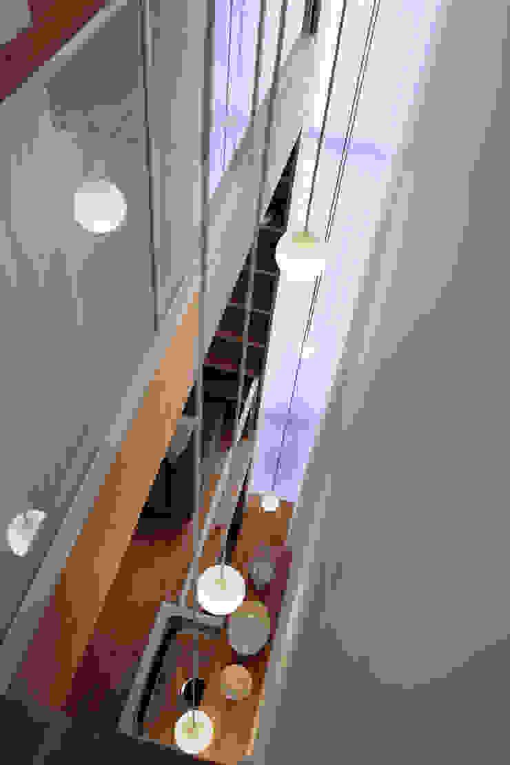 White hut and Tilia japonica Puertas y ventanas de estilo ecléctico de 高橋真紀建築設計事務所 Ecléctico