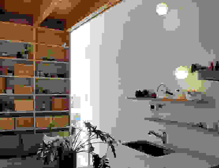 White hut and Tilia japonica Cocinas de estilo ecléctico de 高橋真紀建築設計事務所 Ecléctico