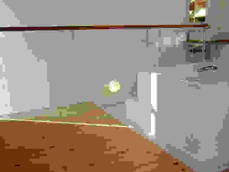 White hut and Tilia japonica Baños de estilo ecléctico de 高橋真紀建築設計事務所 Ecléctico