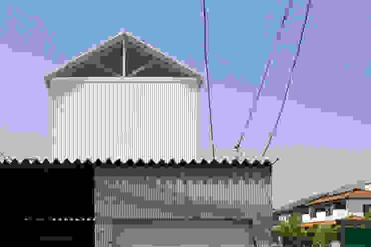White hut and Tilia japonica Casas de estilo ecléctico de 高橋真紀建築設計事務所 Ecléctico