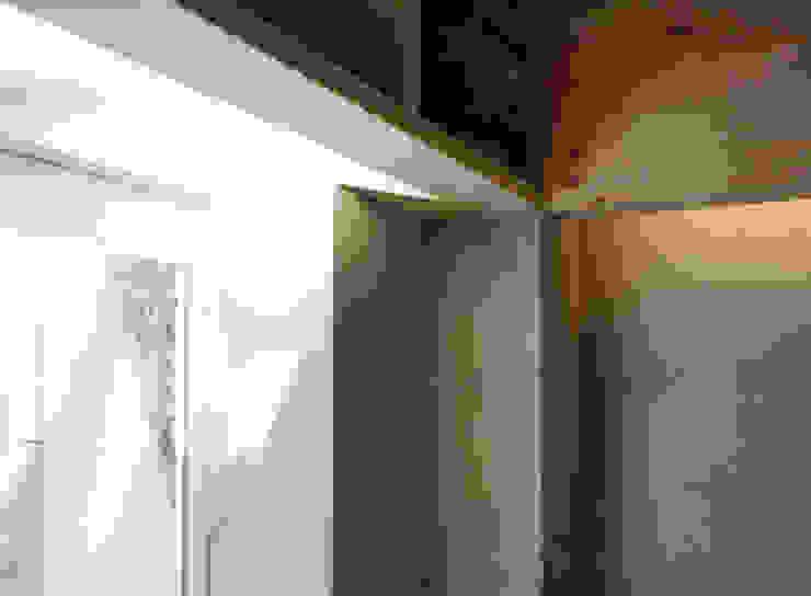 White hut and Tilia japonica Paredes y pisos de estilo ecléctico de 高橋真紀建築設計事務所 Ecléctico