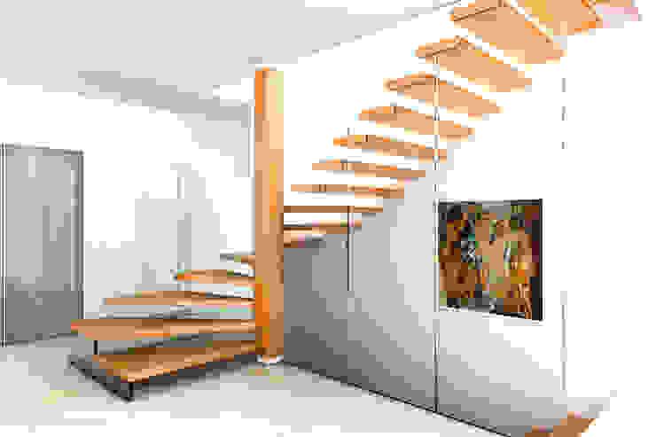 MISTRAL - Gewendelte Holztreppe mit Glaswand - bei Tag - RENDERING Moderner Flur, Diele & Treppenhaus von homify Modern