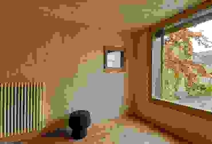 House with a Tree Rustikale Wohnzimmer von Sauter von Moos Rustikal