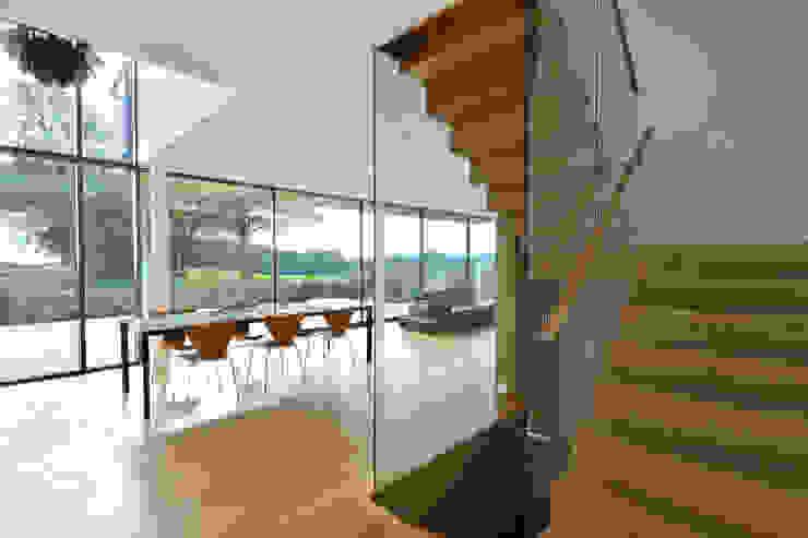 Carreg a Gwydr Modern dining room by Hall + Bednarczyk Architects Modern