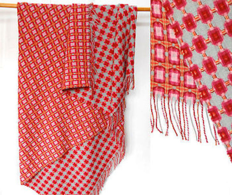 Raspberry Lambswool Reversible Throw de The Estate Yard Moderno