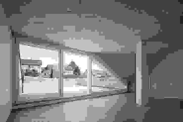 Romulus & Remus; Doppeleinfamilienhaus in Baden Moderner Balkon, Veranda & Terrasse von haefele schmid architekten ag Modern
