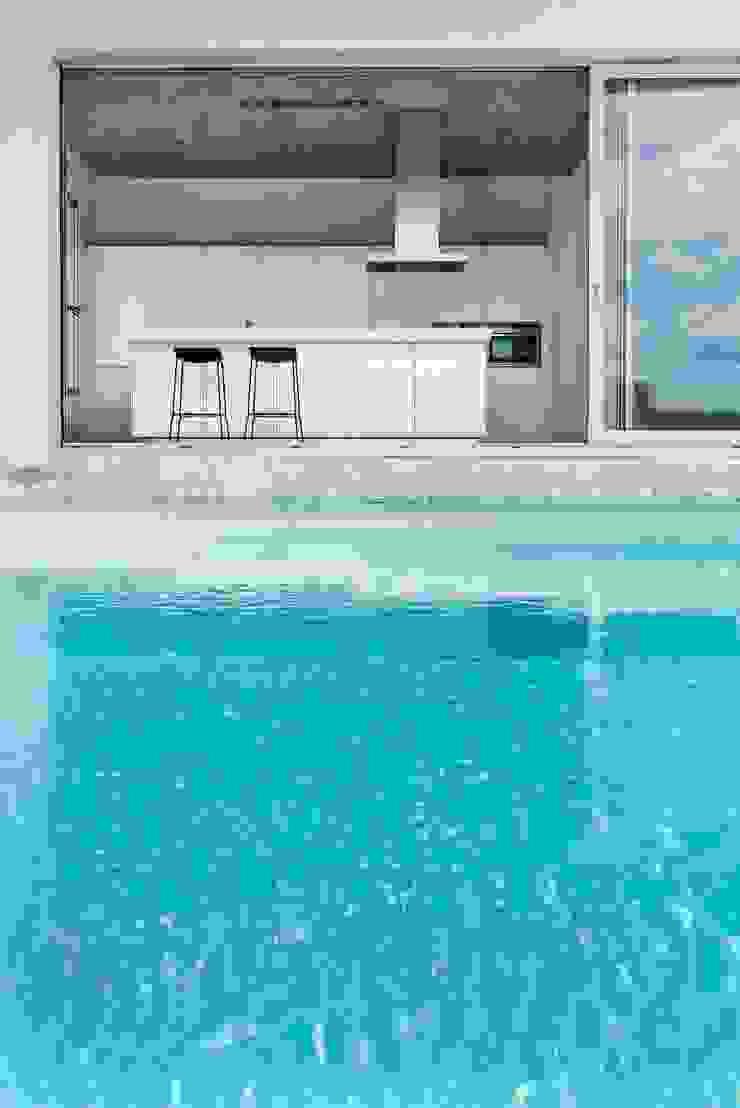 Minimalist pool by Ascoz Arquitectura Minimalist