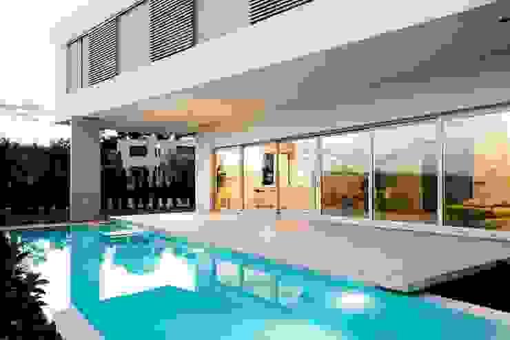 Modern pool by Ascoz Arquitectura Modern