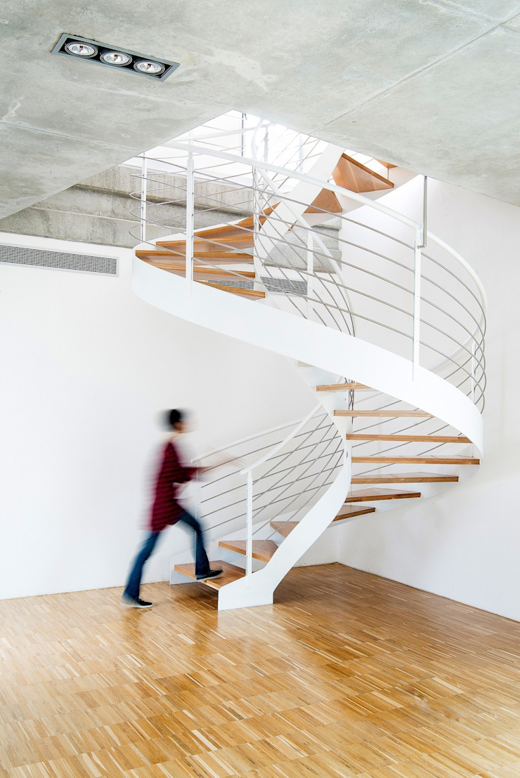 Industrial style corridor, hallway and stairs by Ascoz Arquitectura Industrial
