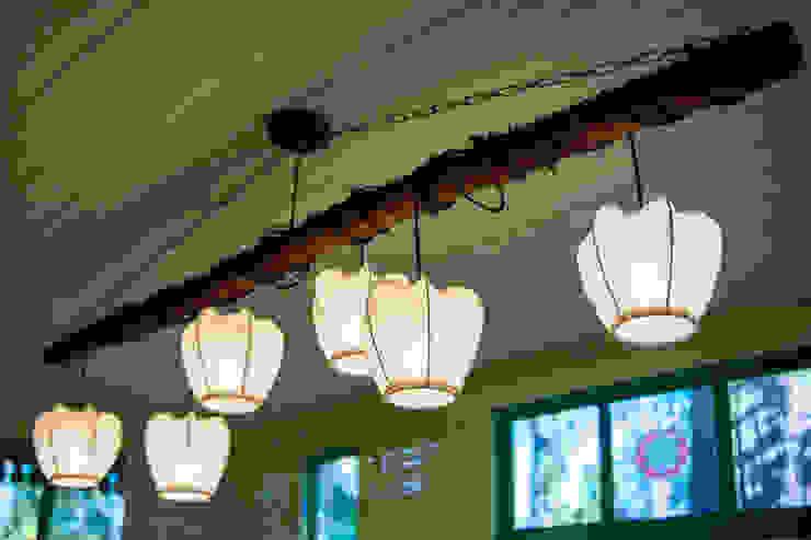 Светильник из дерева Веранда и терраса в стиле кантри от Дизайн-студия Екатерины Поповой Кантри