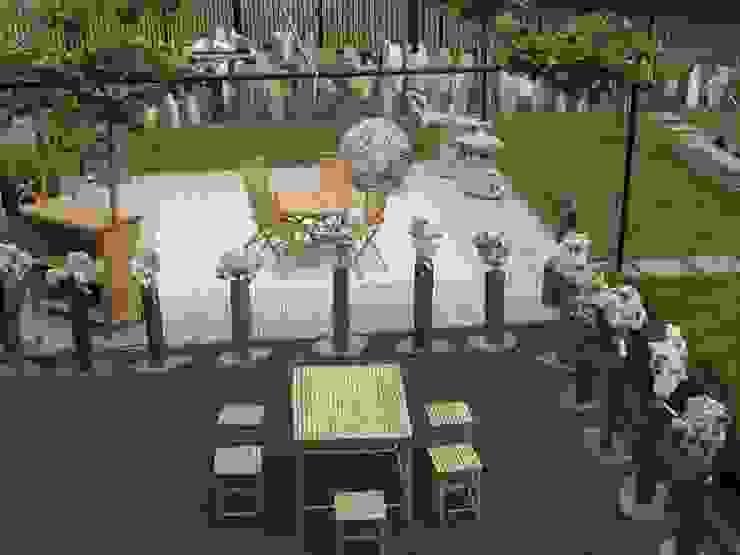 Bamboe meubels en gatenstenen sculpturen op sokkel van HO-Jeuken Aziatisch