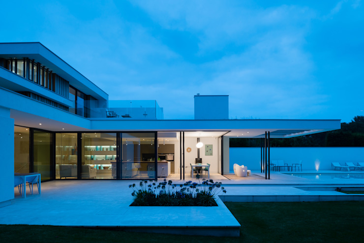 River House - External night view of kitchen and dining from garden Casas modernas por Selencky///Parsons Moderno