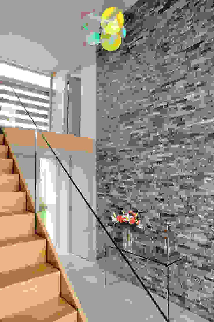 Llambetta House, Usk Hall + Bednarczyk Architects Modern corridor, hallway & stairs
