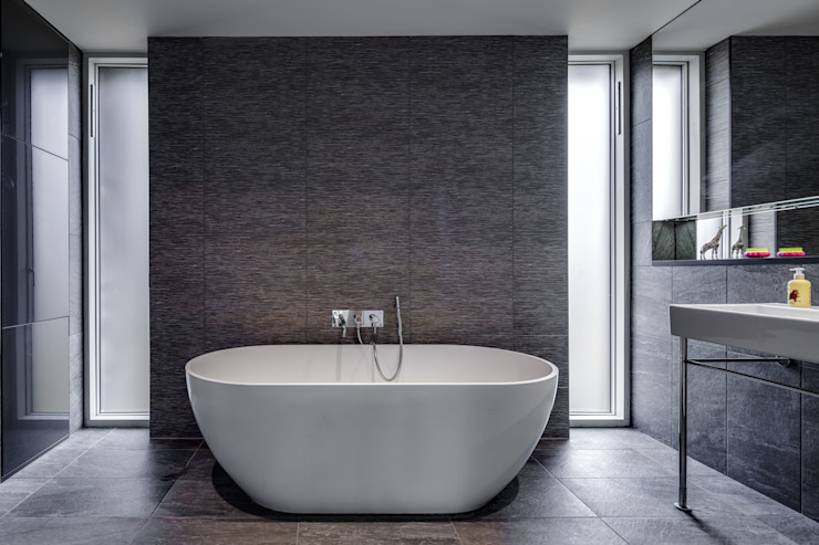 Bathroom by Hall + Bednarczyk Architects, Modern