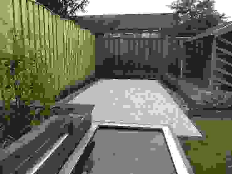 Half verharding terras. Moderne tuinen van Van Hoof Hoveniers Modern