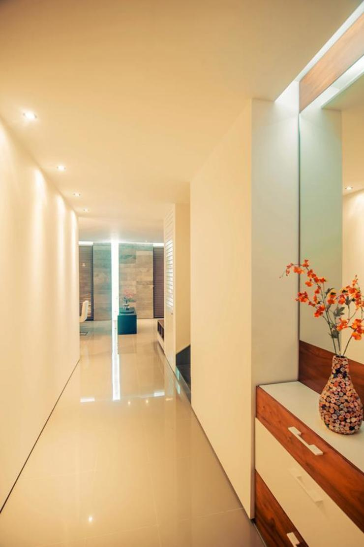 Pasillos, vestíbulos y escaleras modernos de TAFF Moderno
