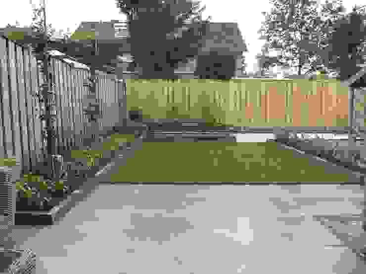 Keramische tegel/kunstgras/waterpartij/verhoogde bloembak. Moderne tuinen van Van Hoof Hoveniers Modern