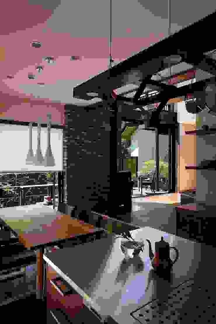 西谷の家 モダンデザインの ダイニング の TAMAI ATELIER モダン