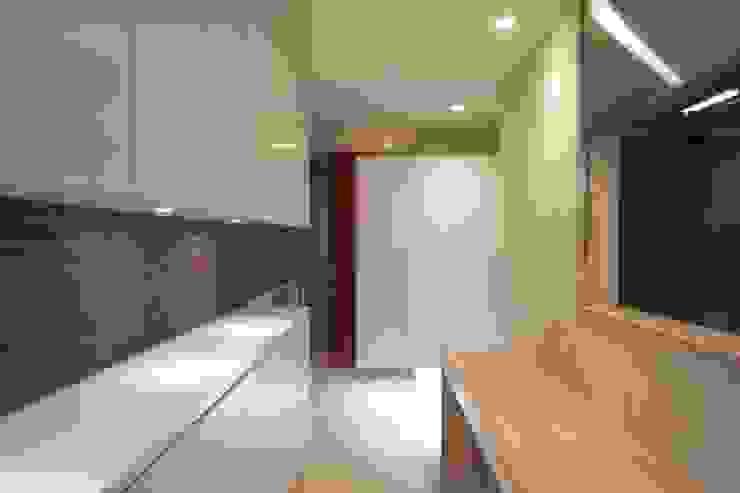井の頭の家 モダンデザインの 多目的室 の TAMAI ATELIER モダン