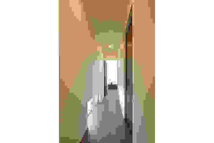 ロの字の家 廊下 モダンスタイルの 玄関&廊下&階段 の 腰越耕太建築設計事務所 モダン