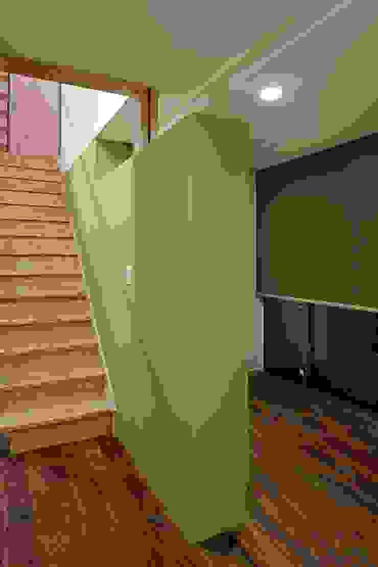 上野毛の家 モダンスタイルの 玄関&廊下&階段 の TAMAI ATELIER モダン