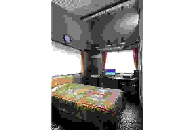 大倉山プロジェクト ゲストルーム モダンデザインの 多目的室 の 腰越耕太建築設計事務所 モダン