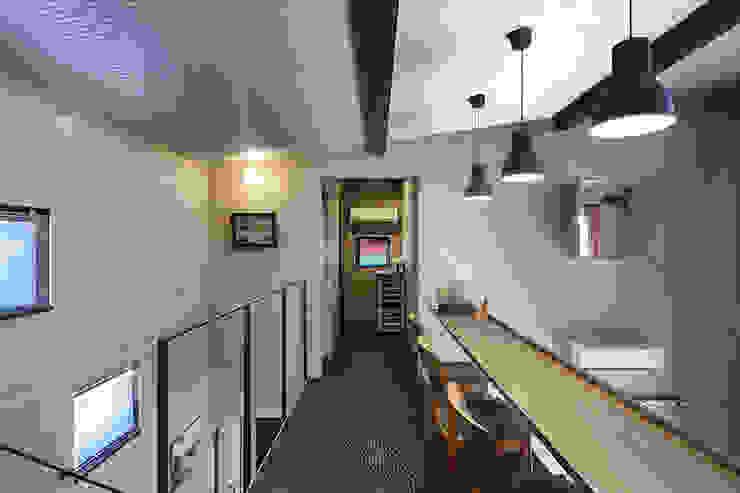 大倉山プロジェクト スタディーコーナー2 モダンスタイルの 玄関&廊下&階段 の 腰越耕太建築設計事務所 モダン