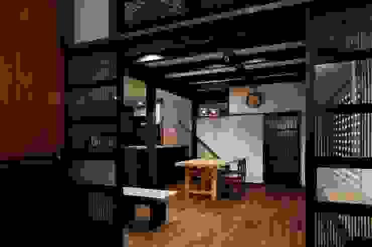 八潮の家: TAMAI ATELIERが手掛けたリビングです。,クラシック