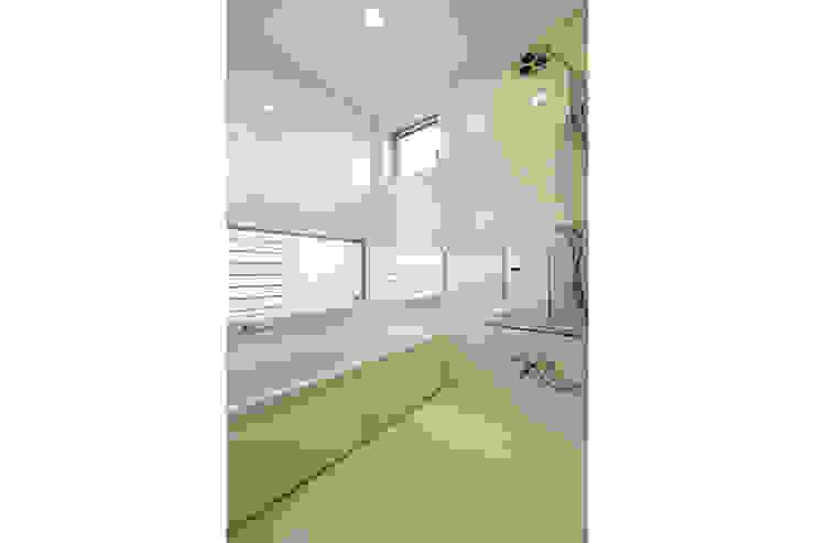 コの字の家 浴室 モダンスタイルの お風呂 の Koshigoe Architects 腰越耕太建築設計事務所 モダン