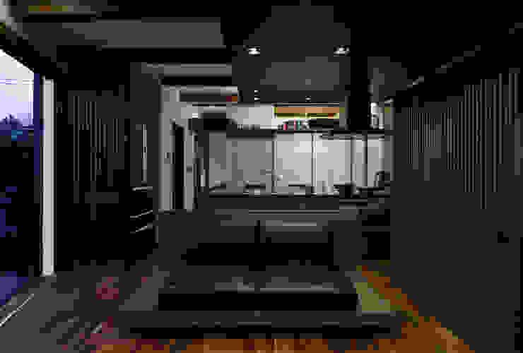 横浜の家 モダンデザインの リビング の TAMAI ATELIER モダン