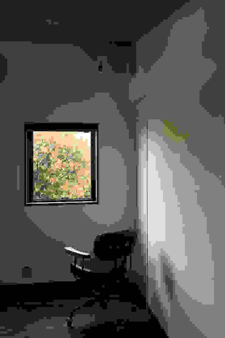 Phòng giải trí phong cách hiện đại bởi TAMAI ATELIER Hiện đại
