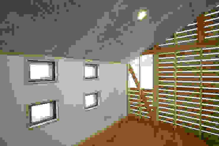 新潟の家 寝室 モダンスタイルの 温室 の 腰越耕太建築設計事務所 モダン