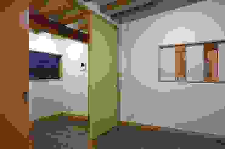 安中榛名の家 モダンデザインの 多目的室 の TAMAI ATELIER モダン
