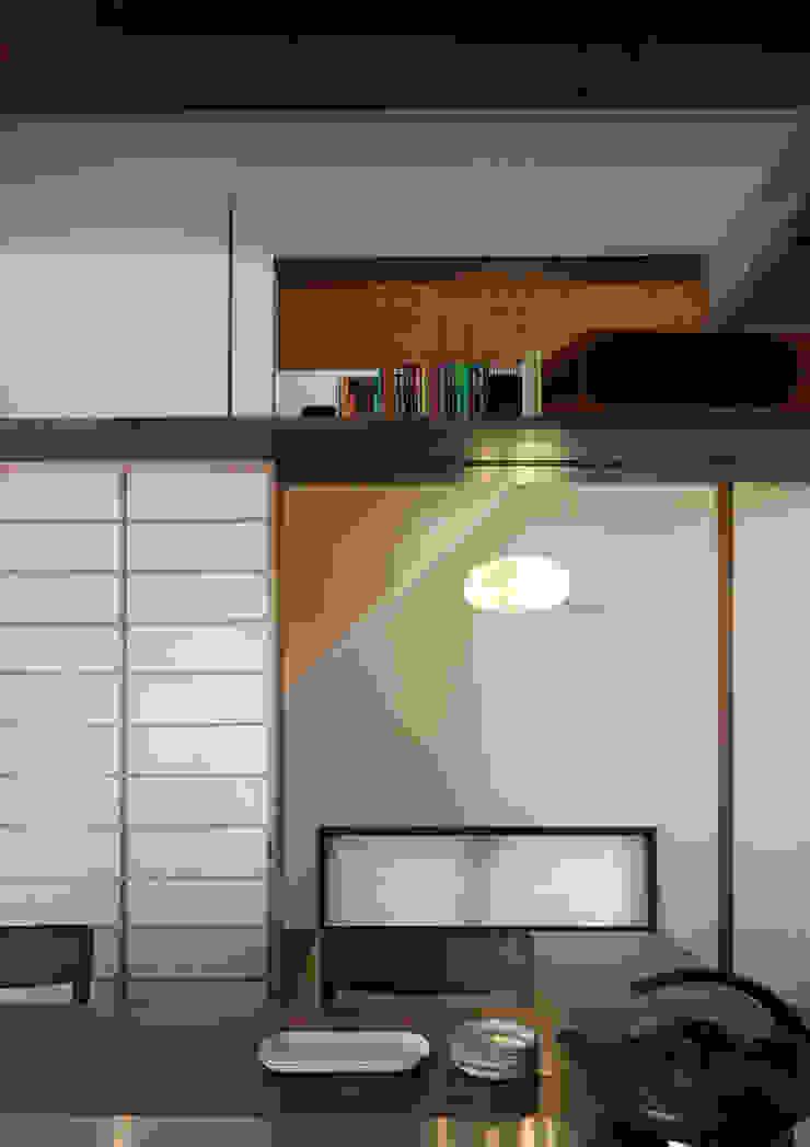 横浜の家 モダンデザインの 多目的室 の TAMAI ATELIER モダン