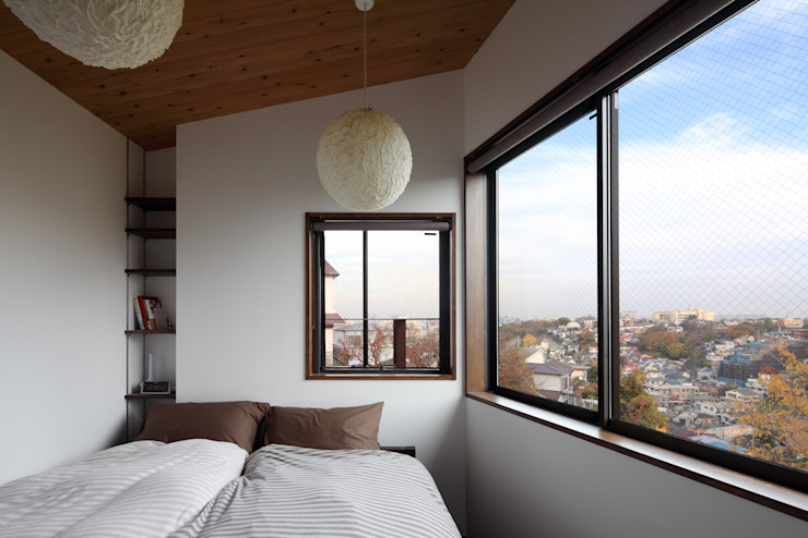 横浜の家 TAMAI ATELIER モダンスタイルの寝室