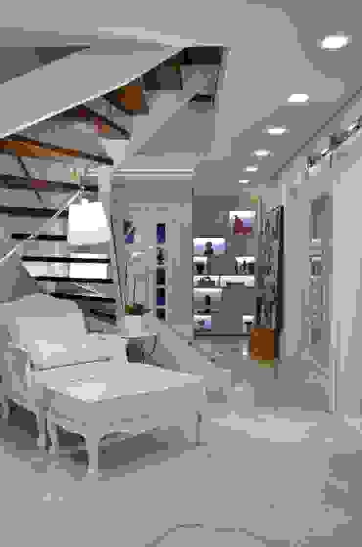 Nowoczesny korytarz, przedpokój i schody od Tania Bertolucci de Souza | Arquitetos Associados Nowoczesny