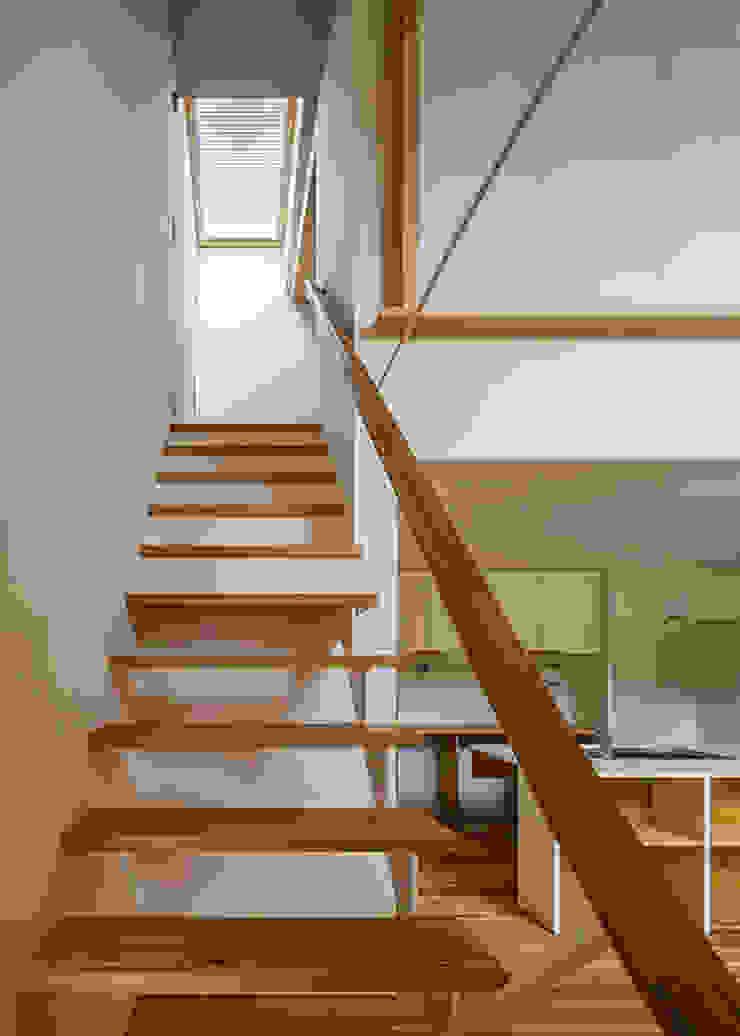 階段(鋼板と無垢板で構成) オリジナルスタイルの 玄関&廊下&階段 の 河合建築デザイン事務所 オリジナル