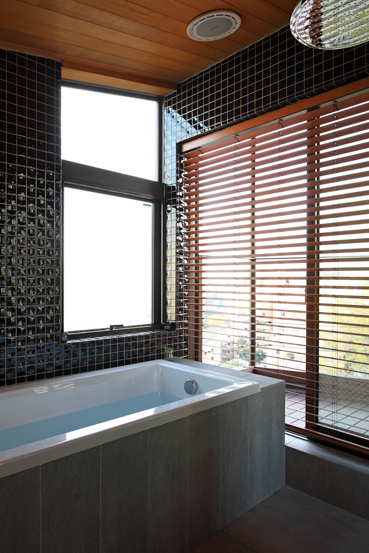 Phòng tắm phong cách hiện đại bởi TAMAI ATELIER Hiện đại
