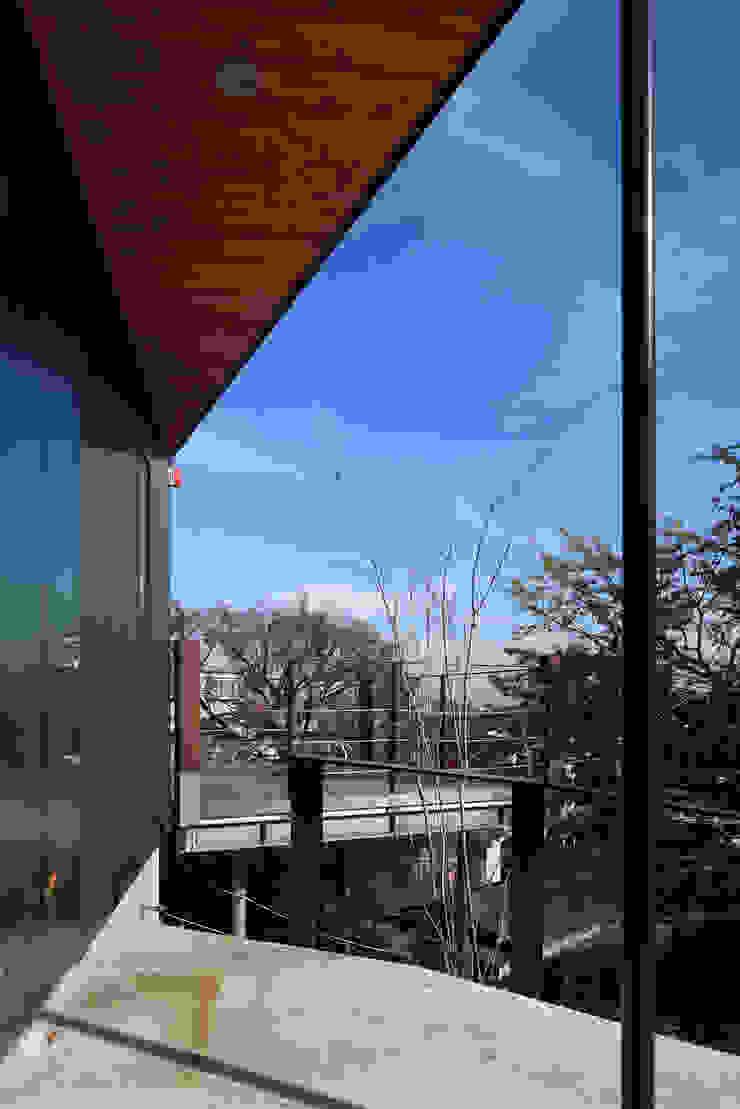 Hiên, sân thượng phong cách hiện đại bởi TAMAI ATELIER Hiện đại