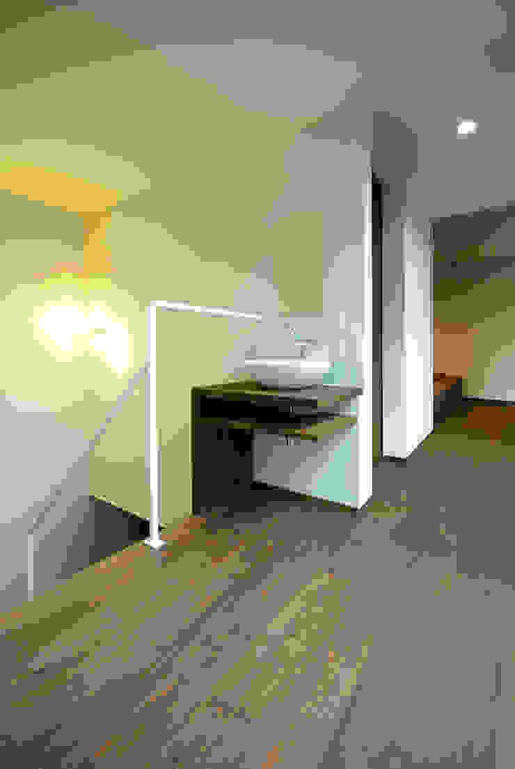 Moderner Flur, Diele & Treppenhaus von アトリエ イデ 一級建築士事務所 Modern