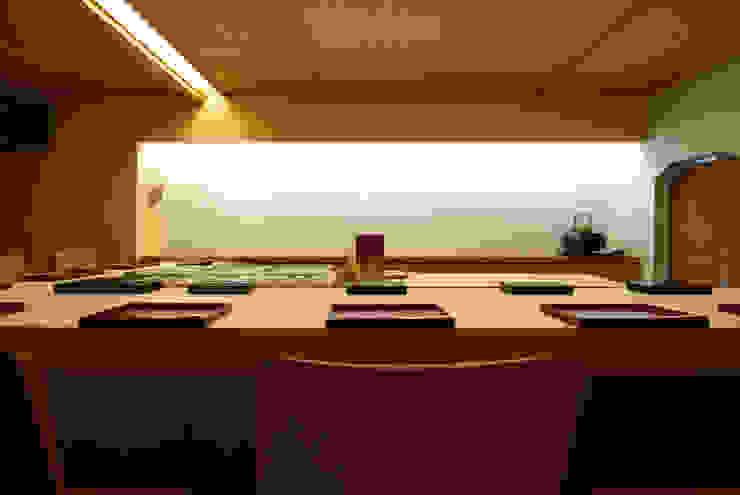 Salas de jantar clássicas por アトリエ イデ 一級建築士事務所 Clássico